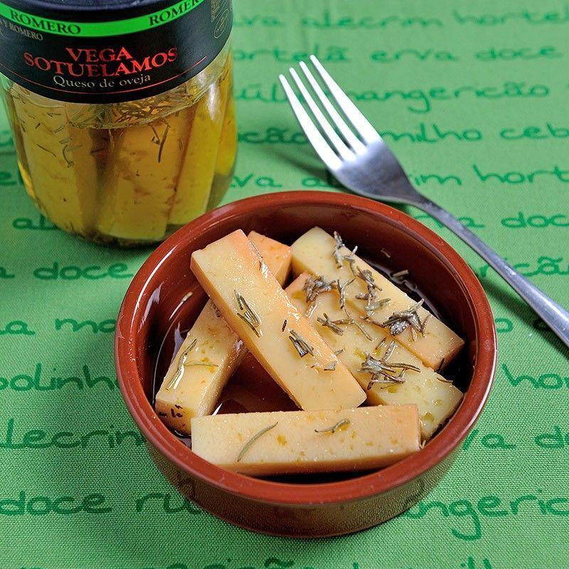 Käse in Öl mit Rosmarin