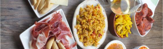 Serrano Schinken und neun spanische Gerichte, ideal für den Sommer